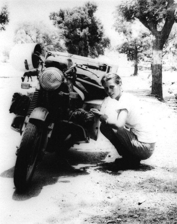 Elspeth Beard, durante su intento de ser la primera mujer inglesa en dar la vuelta al mundo en moto. [década de los 80]