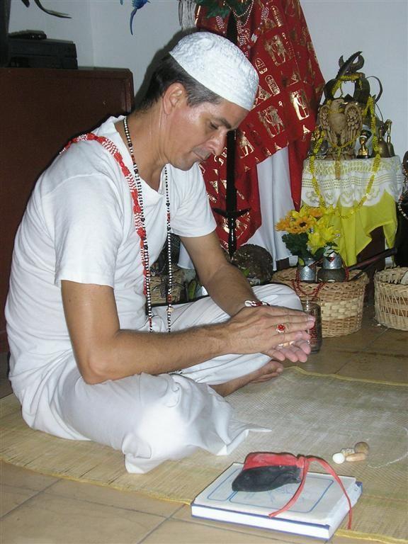 Santero Obbaolorum consultando con dilogún (caracol)