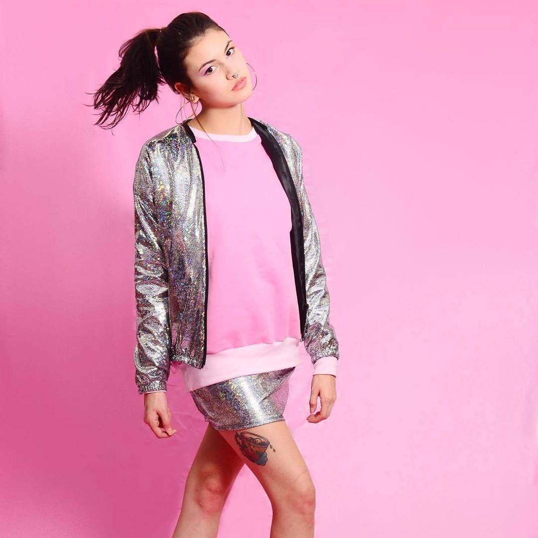 Fashion Look  Moletom rosa + jaqueta holográfica + saia holográfica