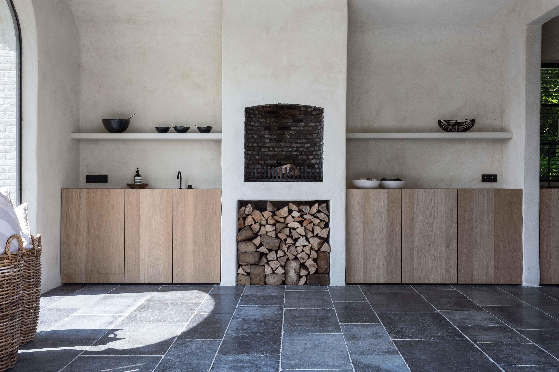 Bijkeuken in landelijke stijl met vloertegels van belgisch hardsteen