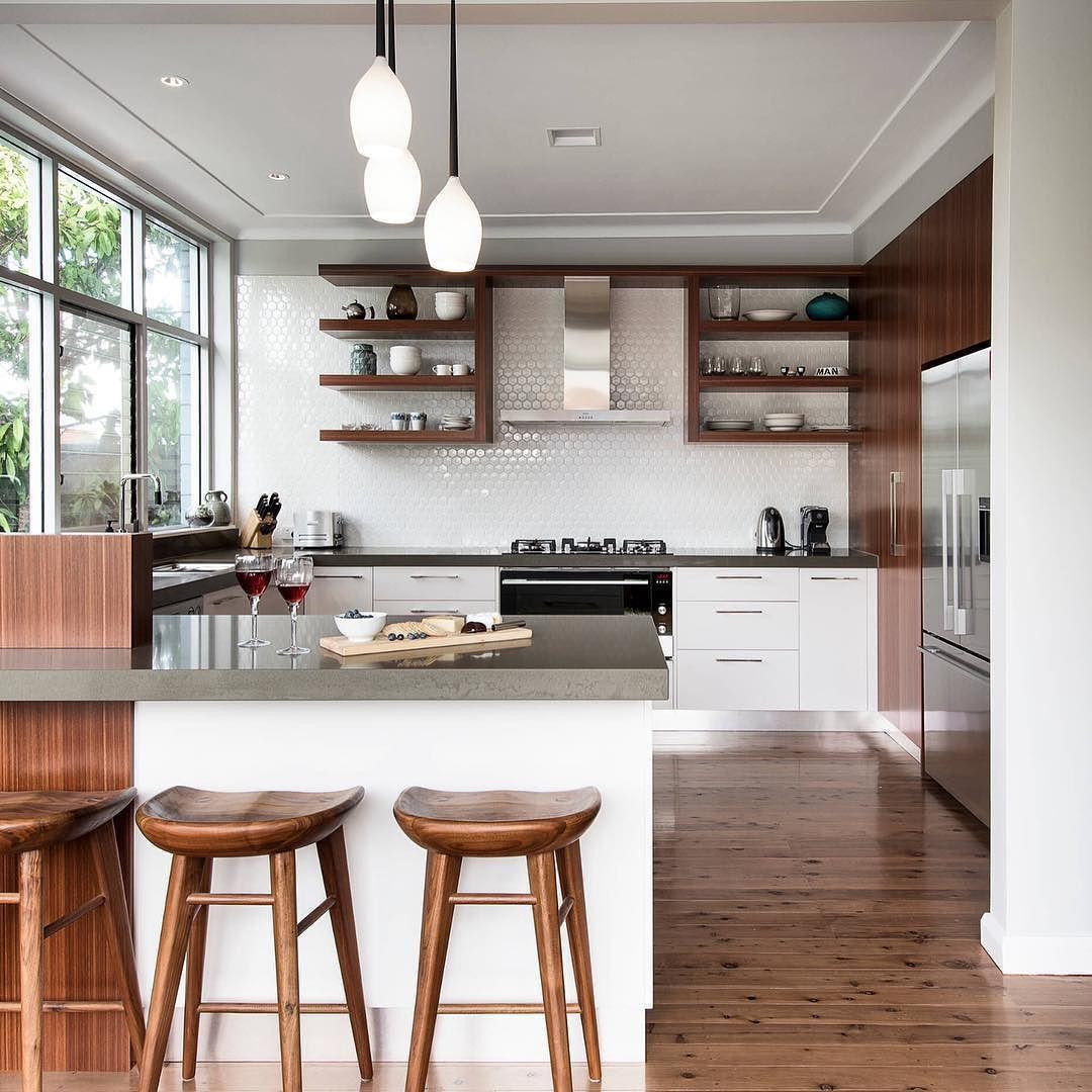Uma cozinha linda pra começar essa semana. O piso madeirado e as banquetas ficaram maravilhosos.  Outro destaque é o revestimento branco tipo colmeia. Um charme!!!!!