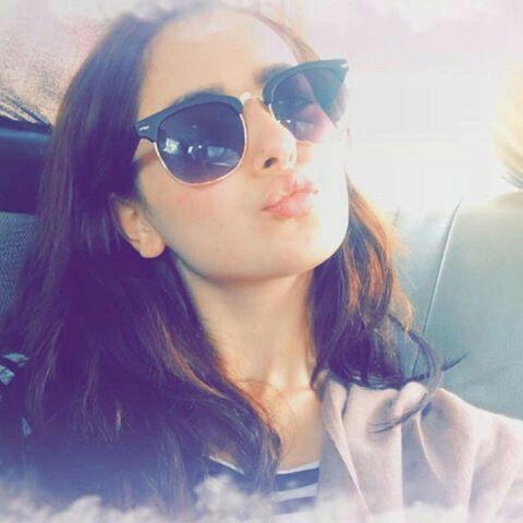 2c40753f2 Hnia pout selfie | hania amir | Sunglasses, Sunglasses women, Ray bans
