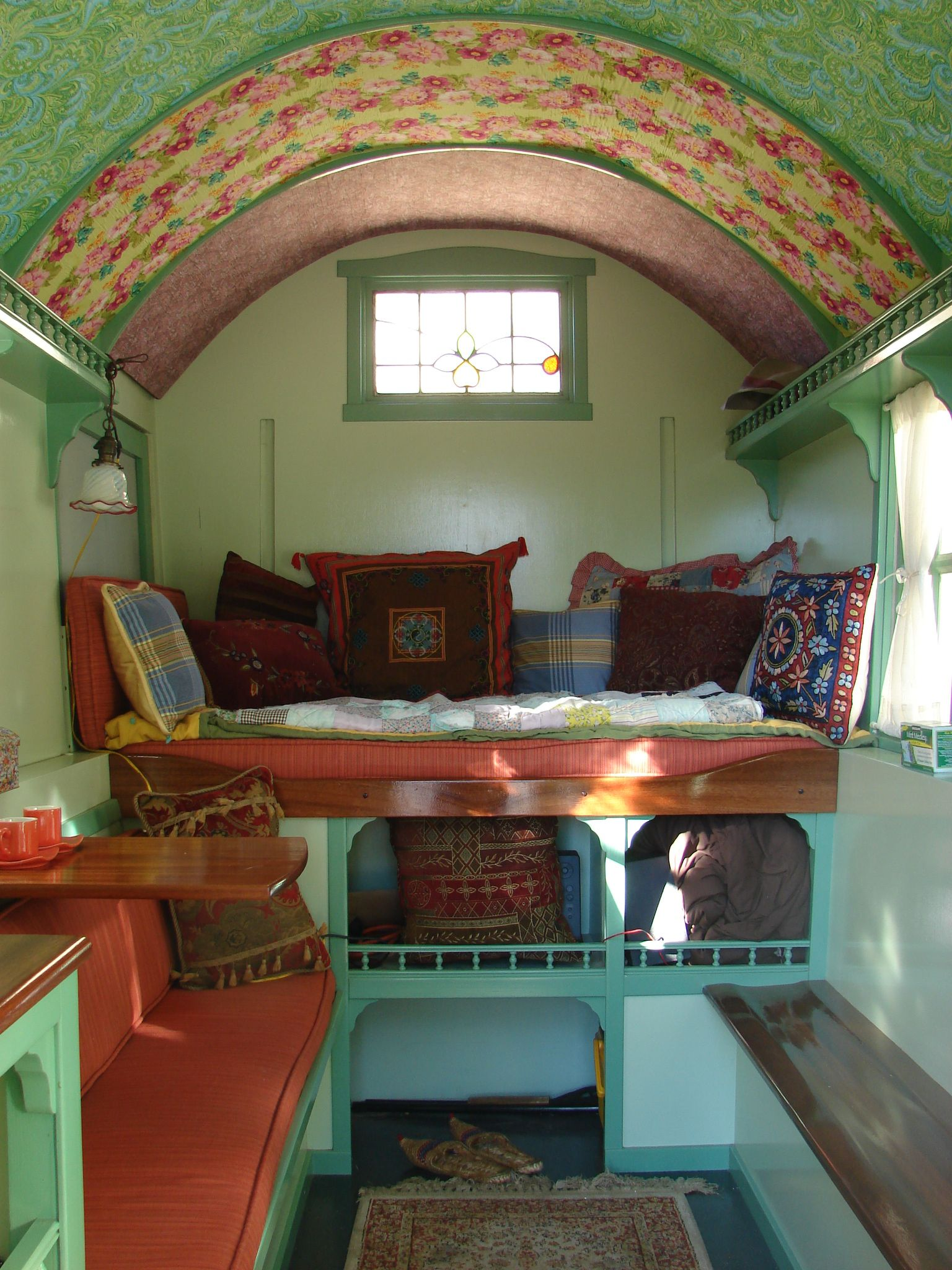 great vardo interior love the colors vardo dreams pinterest roulotte caravane et boh me. Black Bedroom Furniture Sets. Home Design Ideas