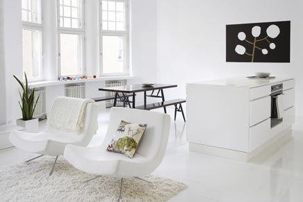 Witte woonkamer met witte open keuken - Open keuken, Keuken en Stoelen