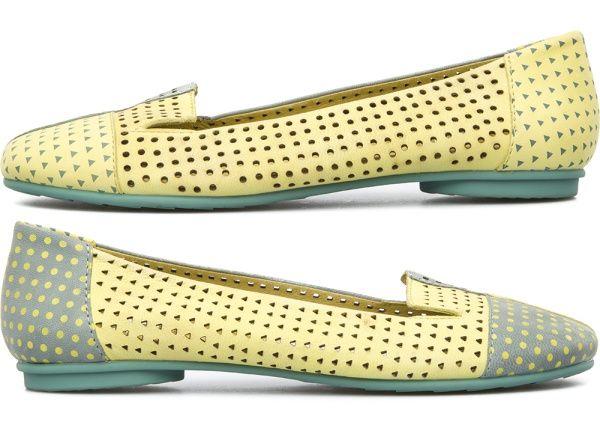 カンペールは一足の靴の左右それぞれがまったく同じでなくてもいいという考えに基づき、理論を覆しました。それがツインズです。左右それぞれの靴は各々にデザインされますが、本当にユニークなデゥオとして成り立ちます。完璧なカップルのように、それぞれ役割を果たしています。意義統合し、いつも繋がりがあります。私たちの足のように、ツインズはお互いを必要としている仲なのです。
