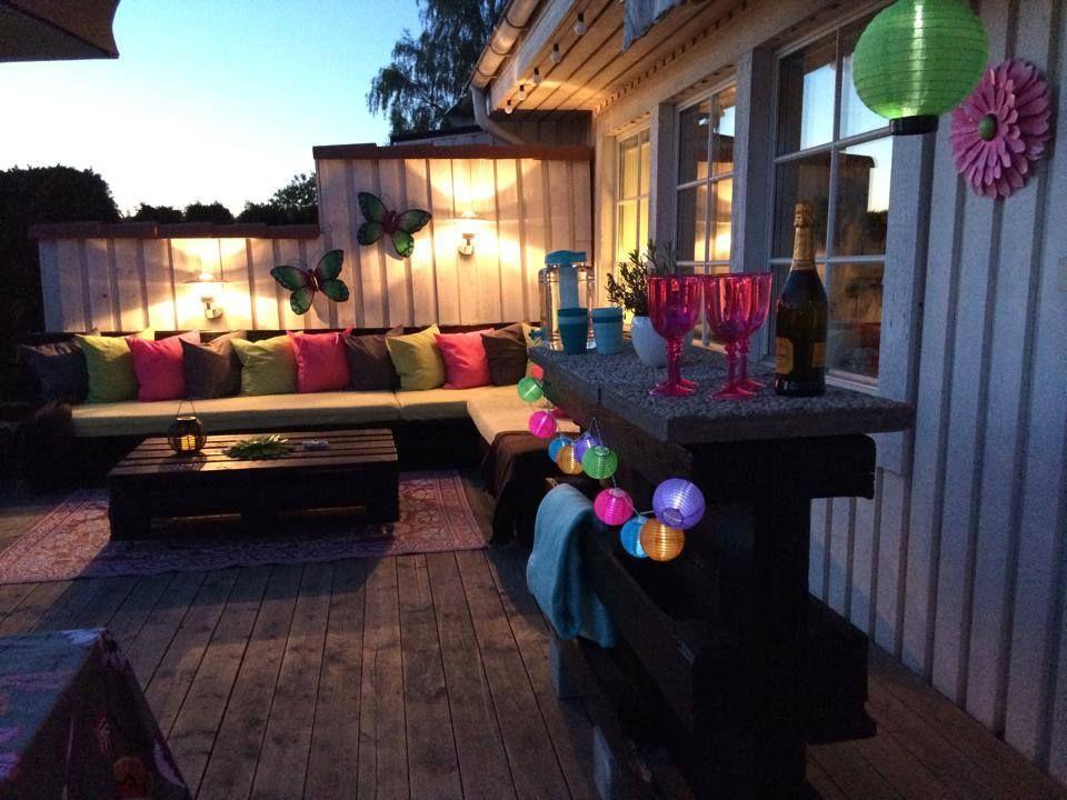 terraza decorada con muebles en color oscuro para dar la nota de ...