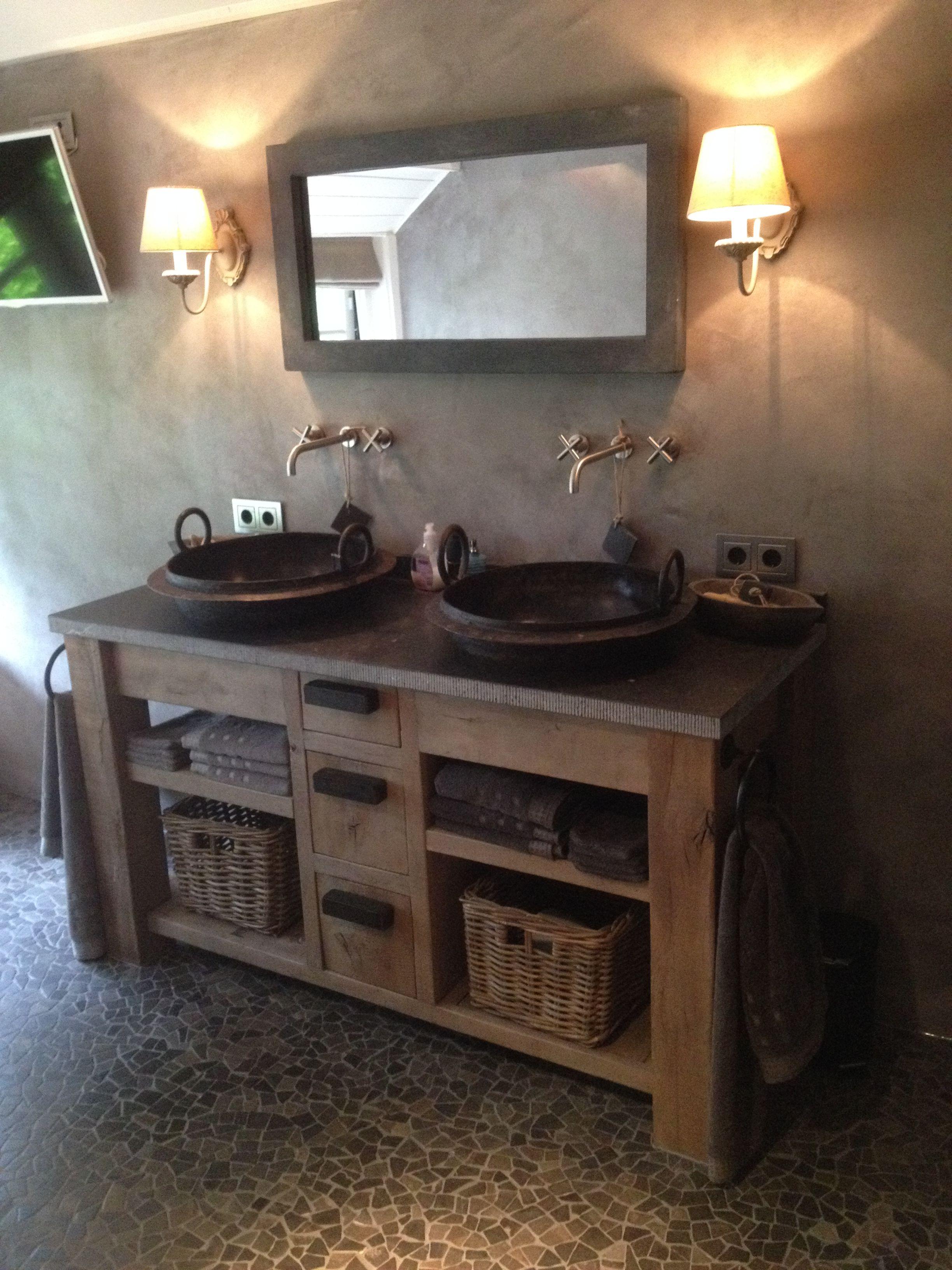 Badkamer met stucwerk en tegelvloer met op maat gemaakt meubel. Voor ...