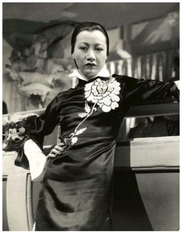 Anna May WONG '20-30 (3 Janvier 1905 - 3 Février 1961) Actriz de cine china-americana.Su primera aparición fue como extra en The Red Lantern, en 1919, de Alla Nazimova, rodada en el barrio chino donde Anna May había nacido. Siempre con el estricto cuidado de su padre, que ordenaba que estuviera encerrada sola en una habitación entre escenas si ella era la única asiática en el rodaje.En 1961, Anna May Wong murió a causa de un ataque al corazón, con apenas cincuenta y seis años.