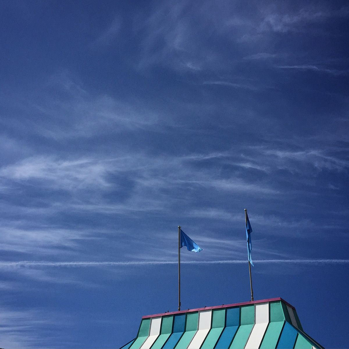 Shake It Up by @moseykim #mobilephotography #stripedroof #bluesky