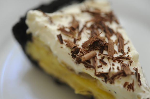 banana cream pie with an oreo cookie crust