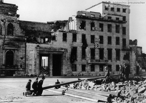 Berlin 1945 Spielende Kinder Vor Der Ruine Der Reichskanzlei In Der Wilhelmstrasse Seesawing In Rubble 1946 Berlin Building German History