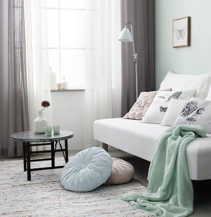 idee association de couleur avec le gris rideaux gris et blanc canape blanc plaid vert celadon table basse minimaliste coussins decoratifs mur