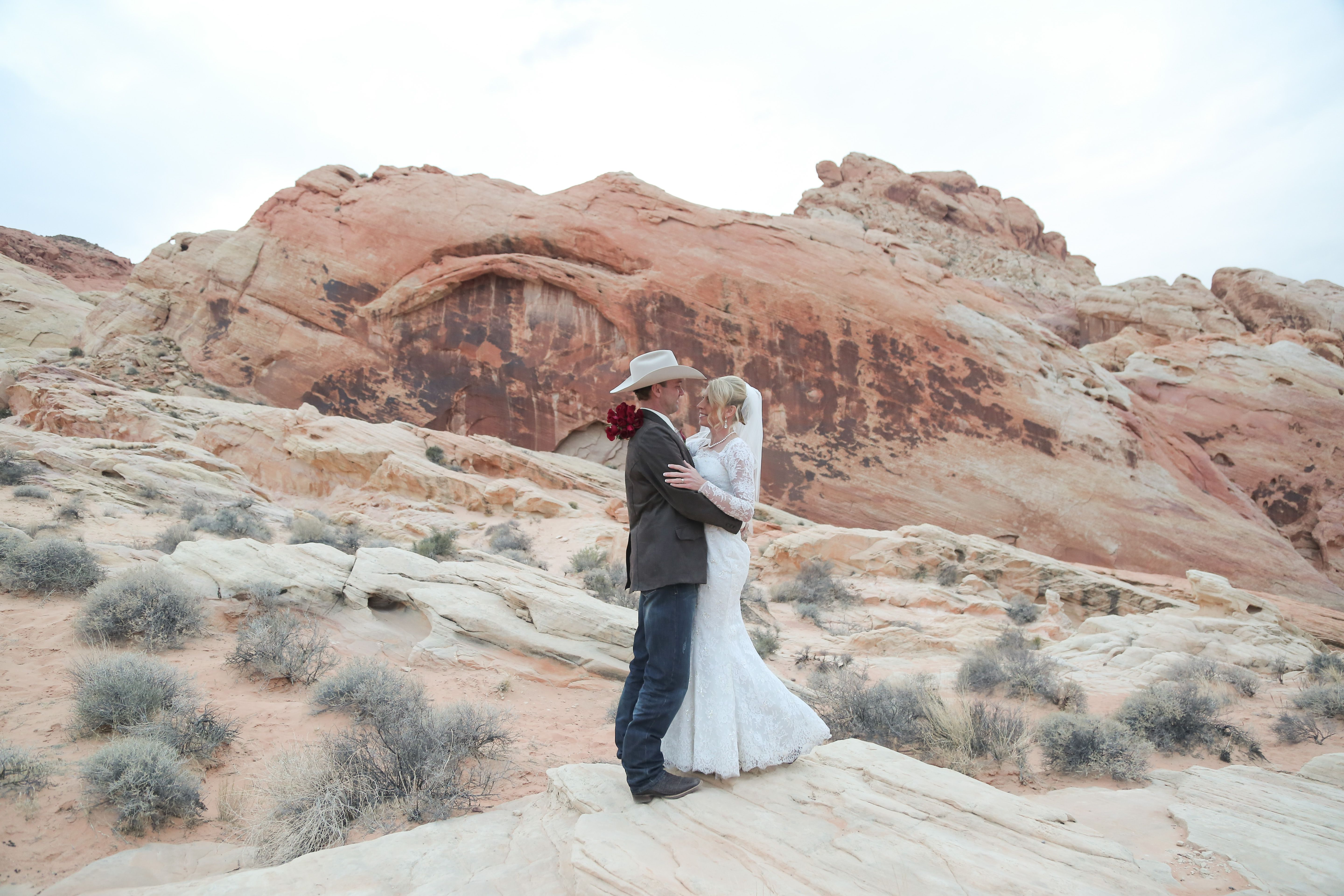 Epic Desert Wedding At Valley Of Fire Near Las Vegas Rustic And Western Weddings Are Huge Trends Why Not Take Them To The West With A Destination