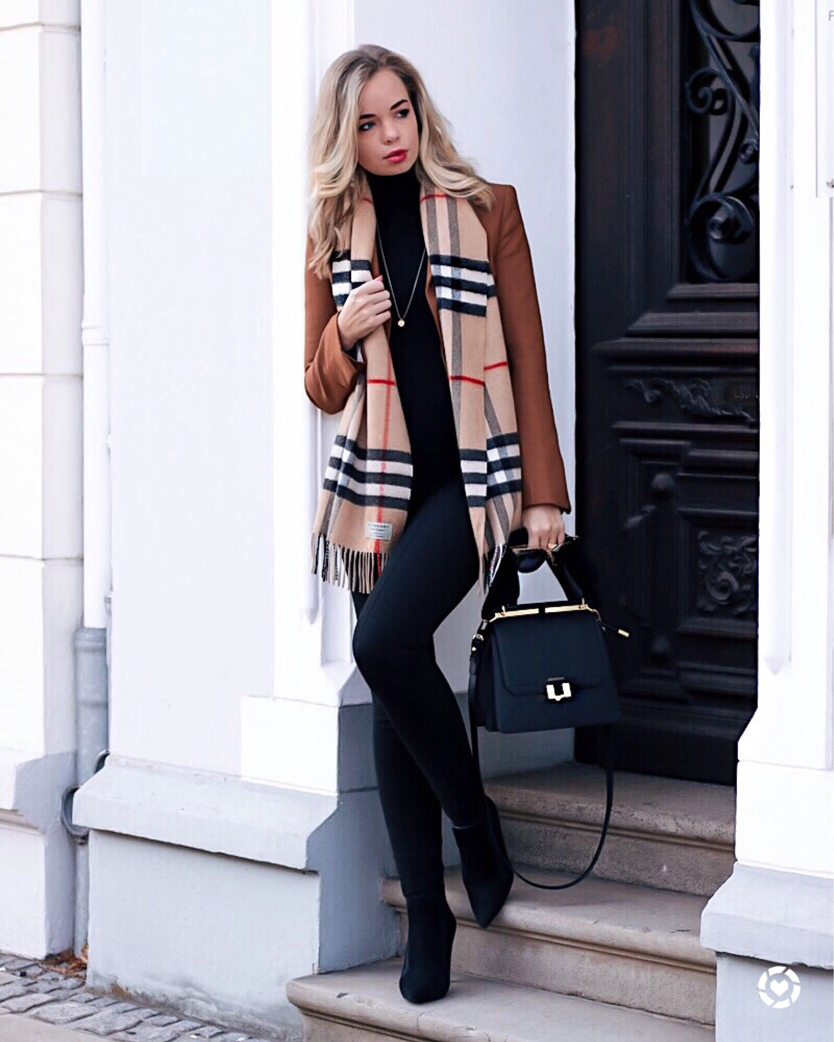 Elegant Fall / Winter Outfit: Black Leggings, Ankle Boots