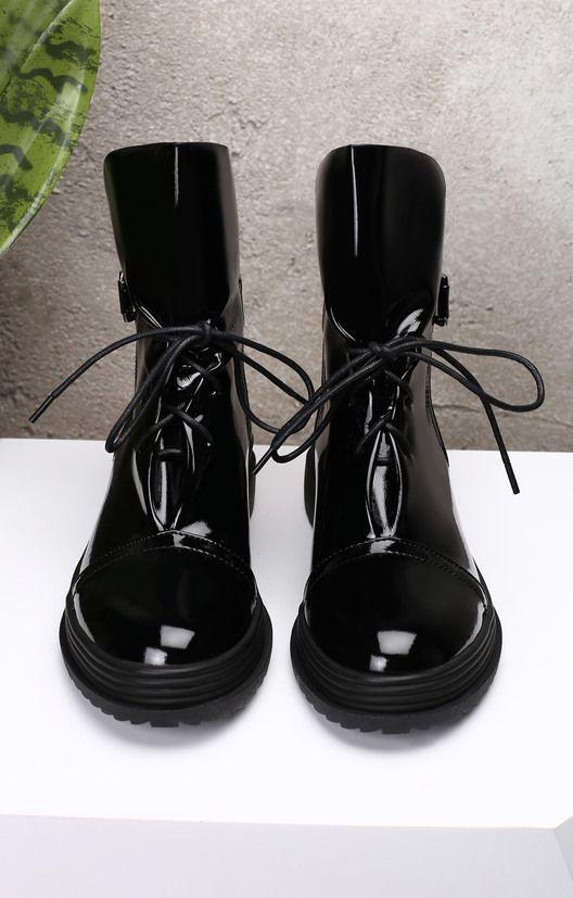 Лакированные ботинки с широким голенищем и невесомой