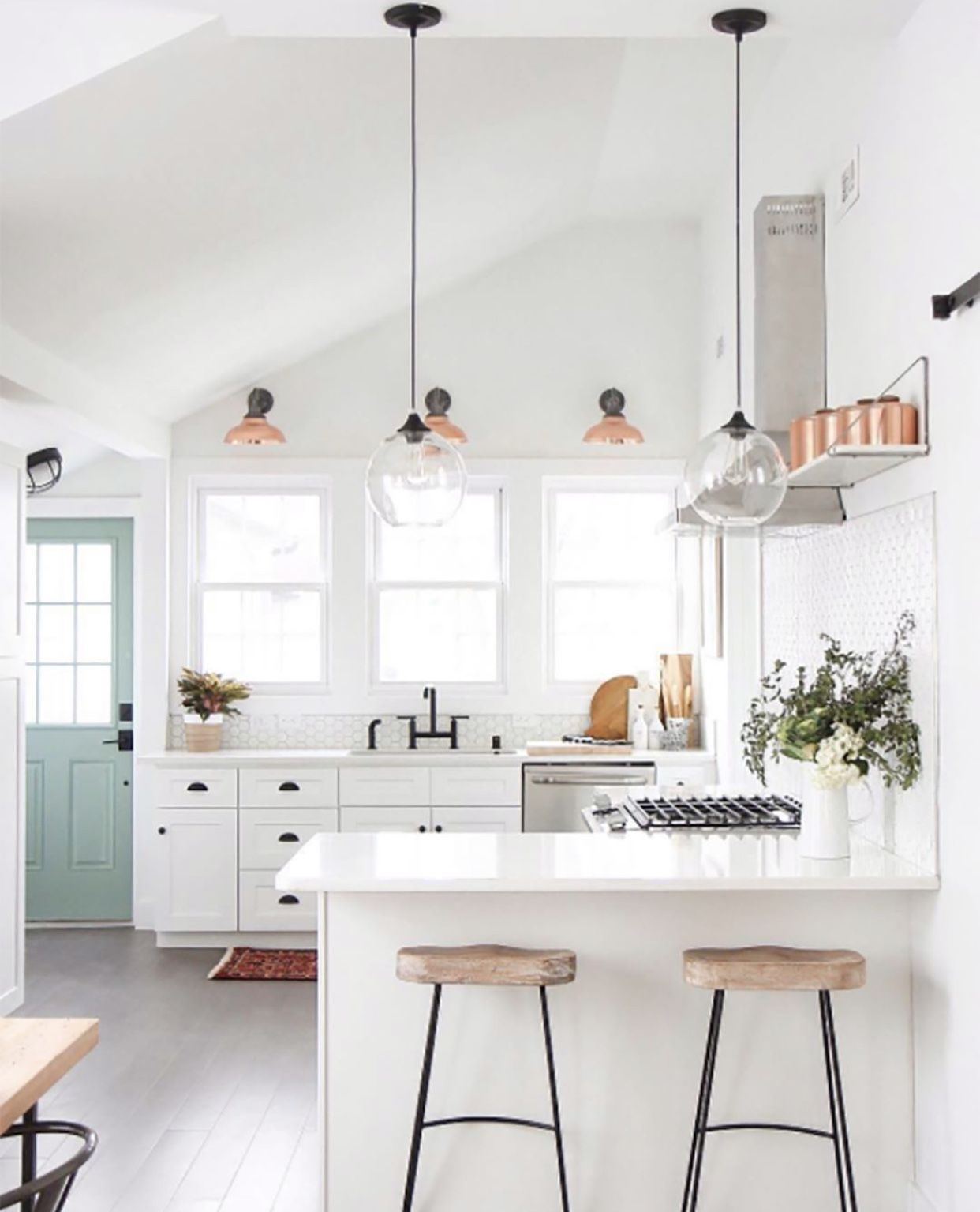 Beautiful White Modern Kitchen With Breakfast Bar Farmhouse