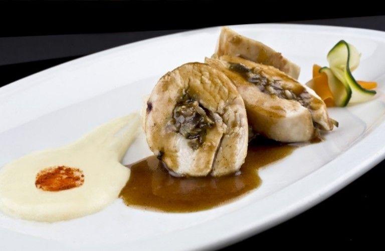 Rollito de pollo relleno de setas con crema pàrmentier de patata