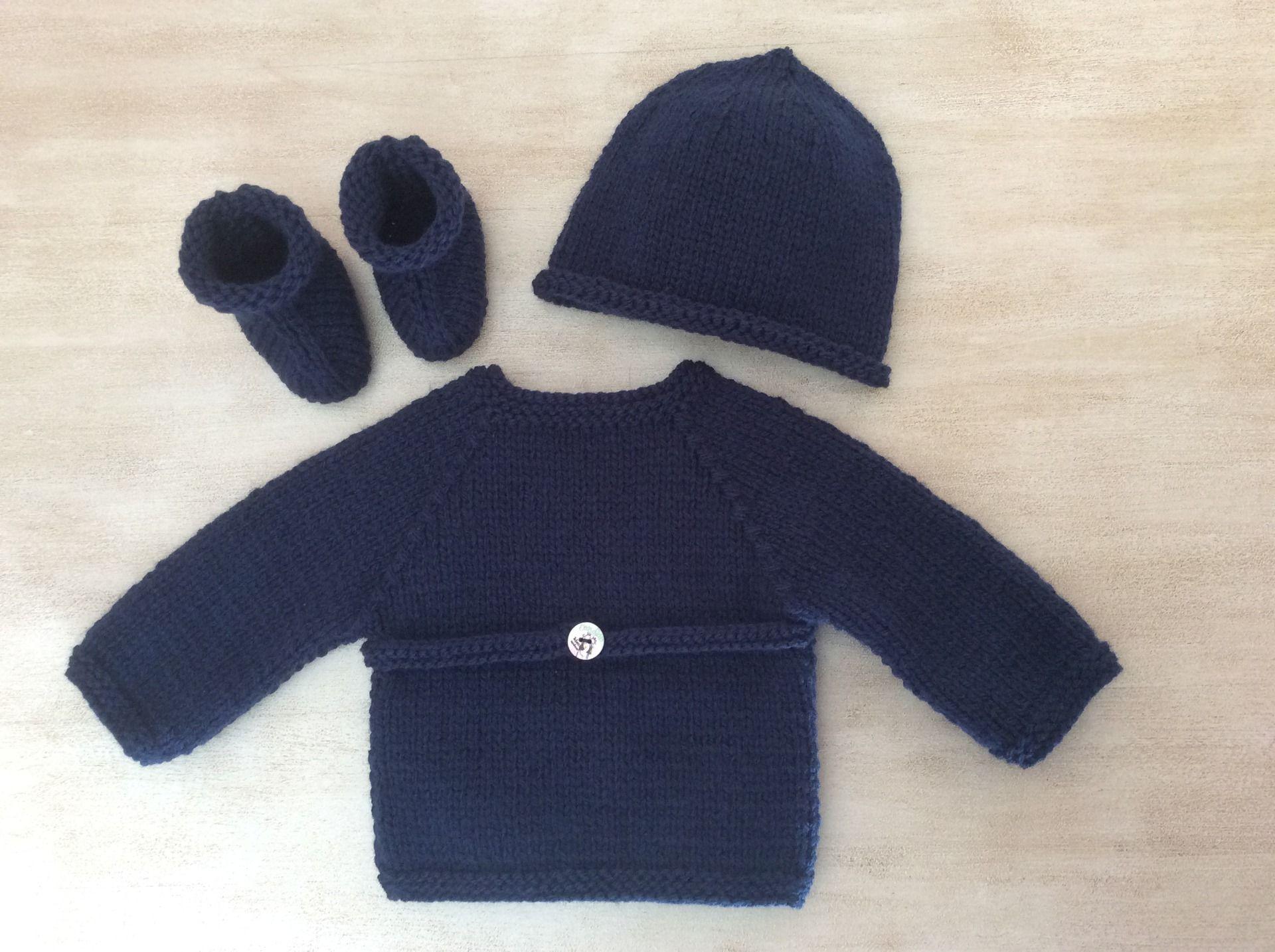 Ensemble Bébé naissance à 1 mois Brassière croisée Chaussons Bonnet Tricot  fait main Laine couleur bleu marine   Mode Bébé par la-p-tite-mimine 58c198eafba