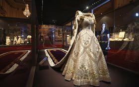 El Palacio De Buckingham Revive La Coronación De Isabel Ii Con Exhibición De Joyas Y Vestidos Vestidos Vestido De Historia Vestidos Reales