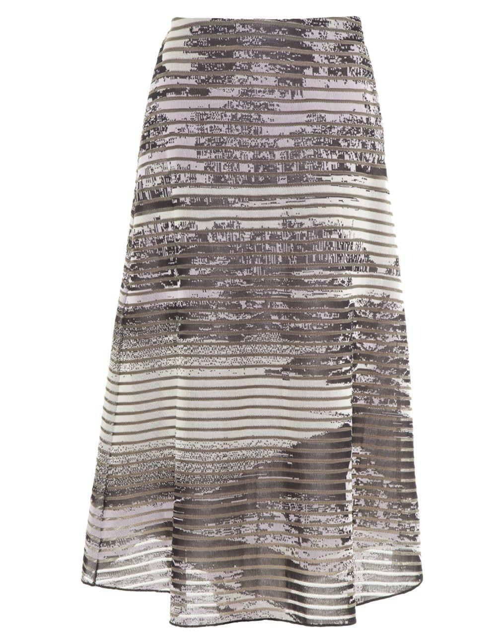 Com estampa exclusiva de inspiração oriental, a saia mídi em tricot de viscose Coven é uma peça statement e ao mesmo tempo curinga por ser tingida por uma paleta de cores discreta. Nós gostamos de combiná-la com top cropped com amarração e acessórios neut - Saia Midi Japonesa Coven
