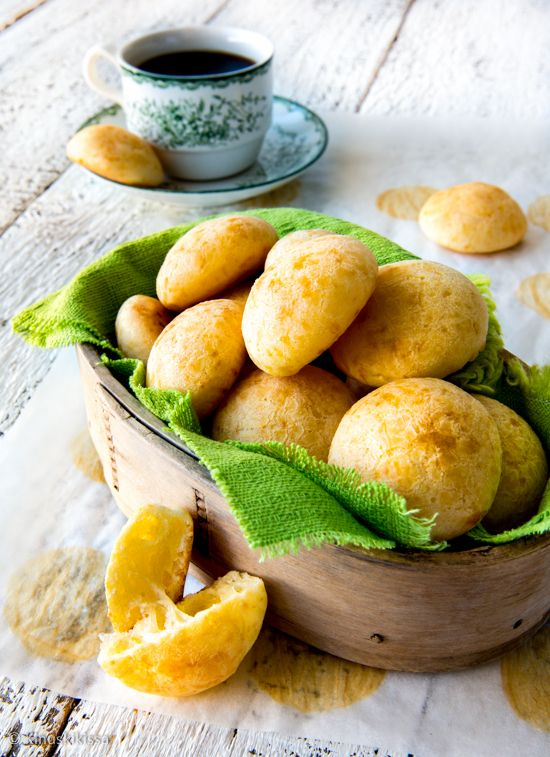 Brasilialaiset juustopallot  Juustopallot (Pão de Queijo) ovat Brasiliassa erittäin suosittuja ja niitä syödään niin aamiaiseksi, välipalaksi kuin iltapalaksikin. Ne sopivat hyvin myös suolaiseksi naposteltavaksi kahvipöytään.
