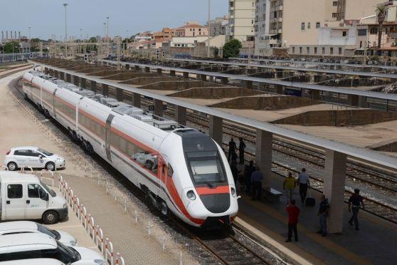 Storica decisione della Regione che abolisce le linee Arst doppione delle tratte ferroviarie e annuncia che il trasporto su rotaia diventa il sistema portante della mobilità isolana. Biglietto integrato a Oristano