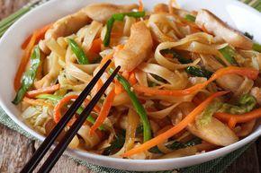 Asia Nudel Pfanne mit frischem Gemüse und Hühnchen im Handumdrehen gewokkt.  http://einfach-schnell-gesund-kochen.de/asia-nudel-pfanne/
