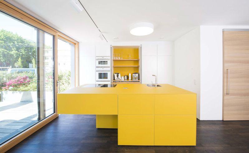 Farbige Küche Mit Gelber Kochinsel