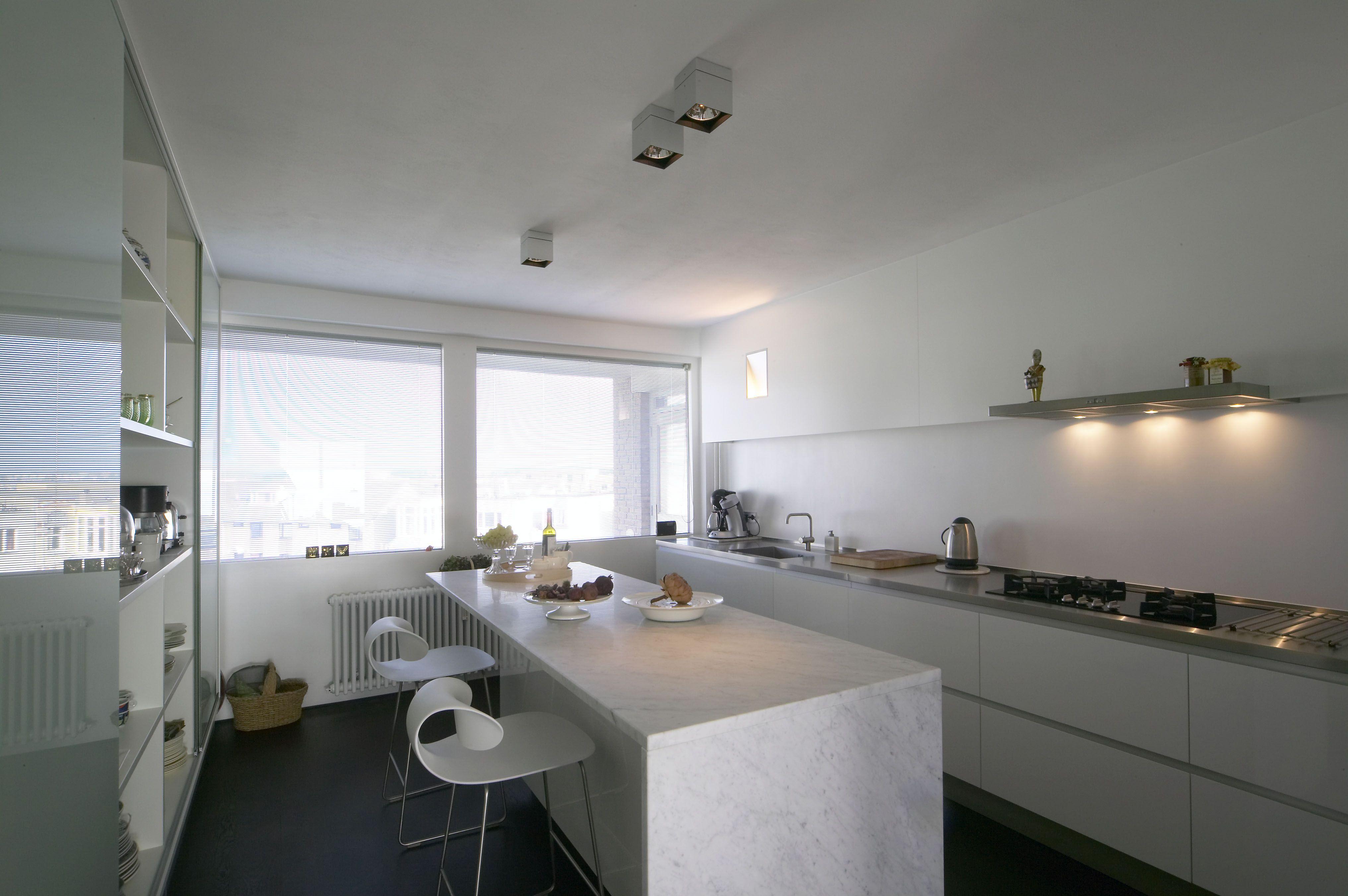 Greeploos moderne keuken hardsteen keukenblad schuifsysteem
