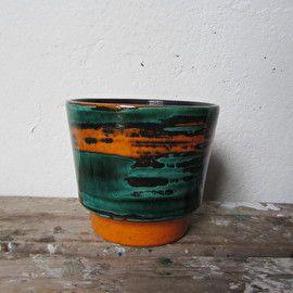 Mooie groene / oranje bloempot heel vintage! In goede staat.Afmetingen: H14cm x Dia 16cm ;