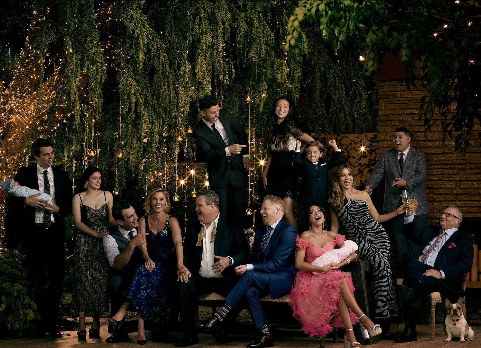Elizabeth Banks Nathan Lane Returning To Modern Family Exclusive Modern Family Elizabeth Banks Guys And Dolls