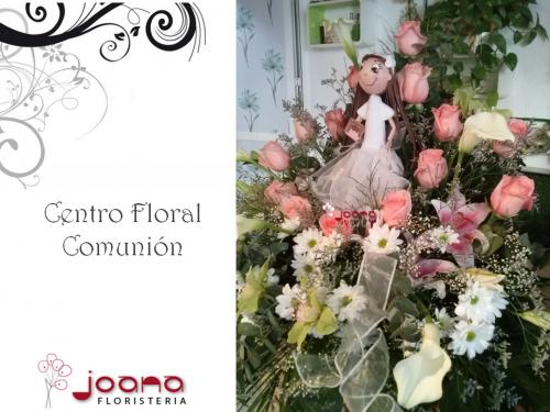Centro de Mesa para Comunión con Fofucha de Niña Comulgante, realizado con lilums, margaritas y rosas en tonos rosas pastel