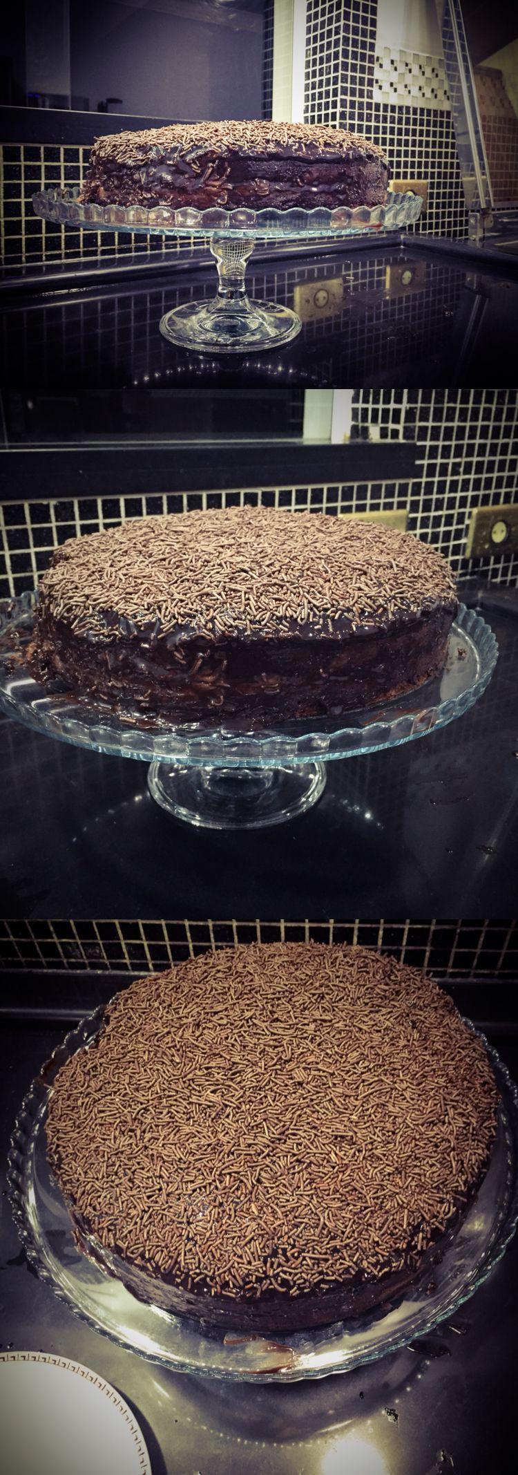Home made chocolate cake - Bolo de brigadeiro  Ingredientes: - 3 ovos - 1 xícara de óleo - 1 xícara de leite - 2 xícaras de farinha de trigo - 1 xícara de chocolate em pó -1 Colher de sopa de fermento   Ingredients: - 3 eggs - 1 cup of oil - 1 cup milk - 2 cups wheat flour - 1 cup chocolate powder -1 Tablespoon of baking powder