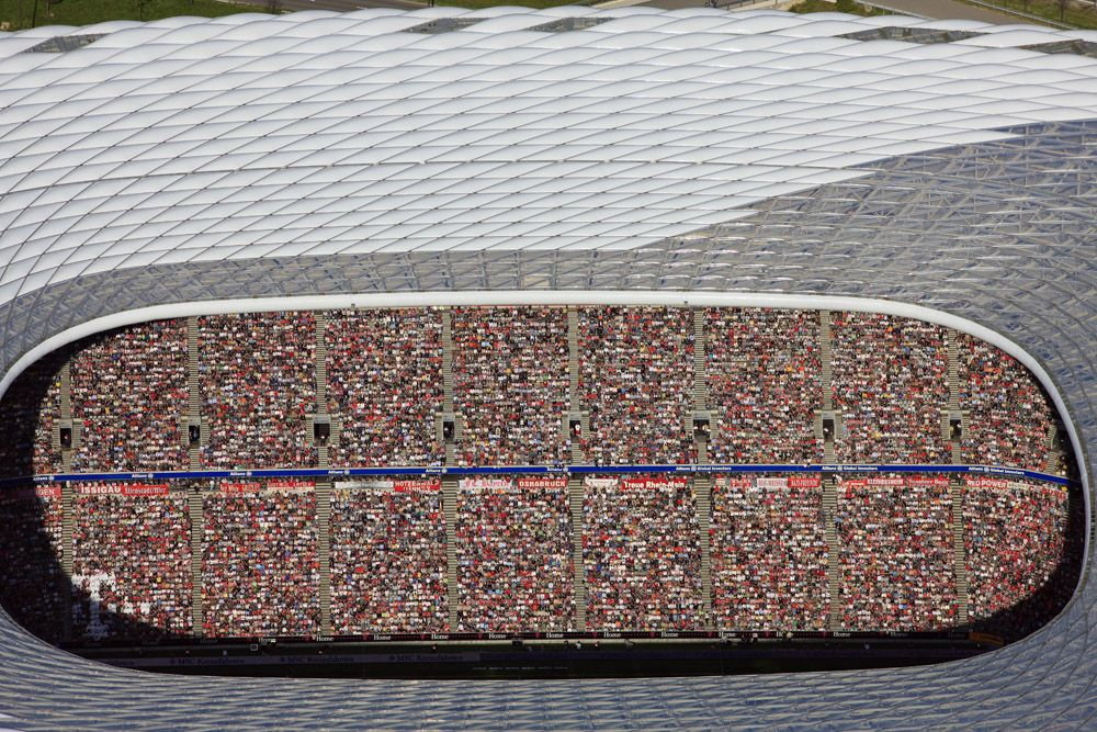 Luftaufnahme vom Fußballstadion Allianz Arena in München-Fröttmaning, in dem die Fans von Bayern München während des Bundesligaspiels am 27. April 2008 gegen die Stuttgarter Kickers in der Sonne sitzen.