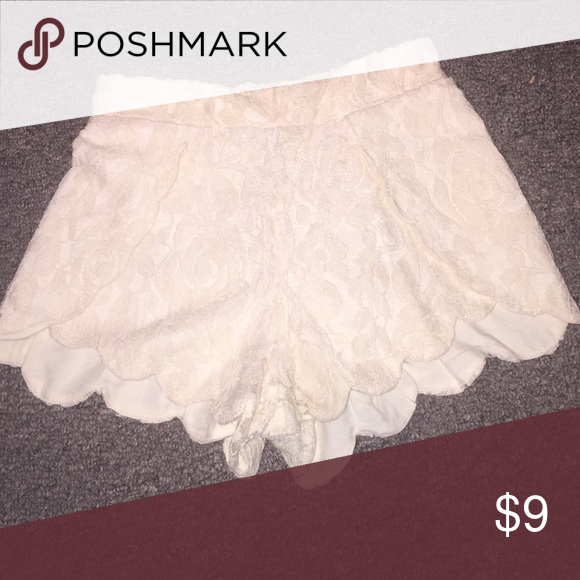 Cute cream colored lace shorts Size small. New without tags Forever 21 Shorts