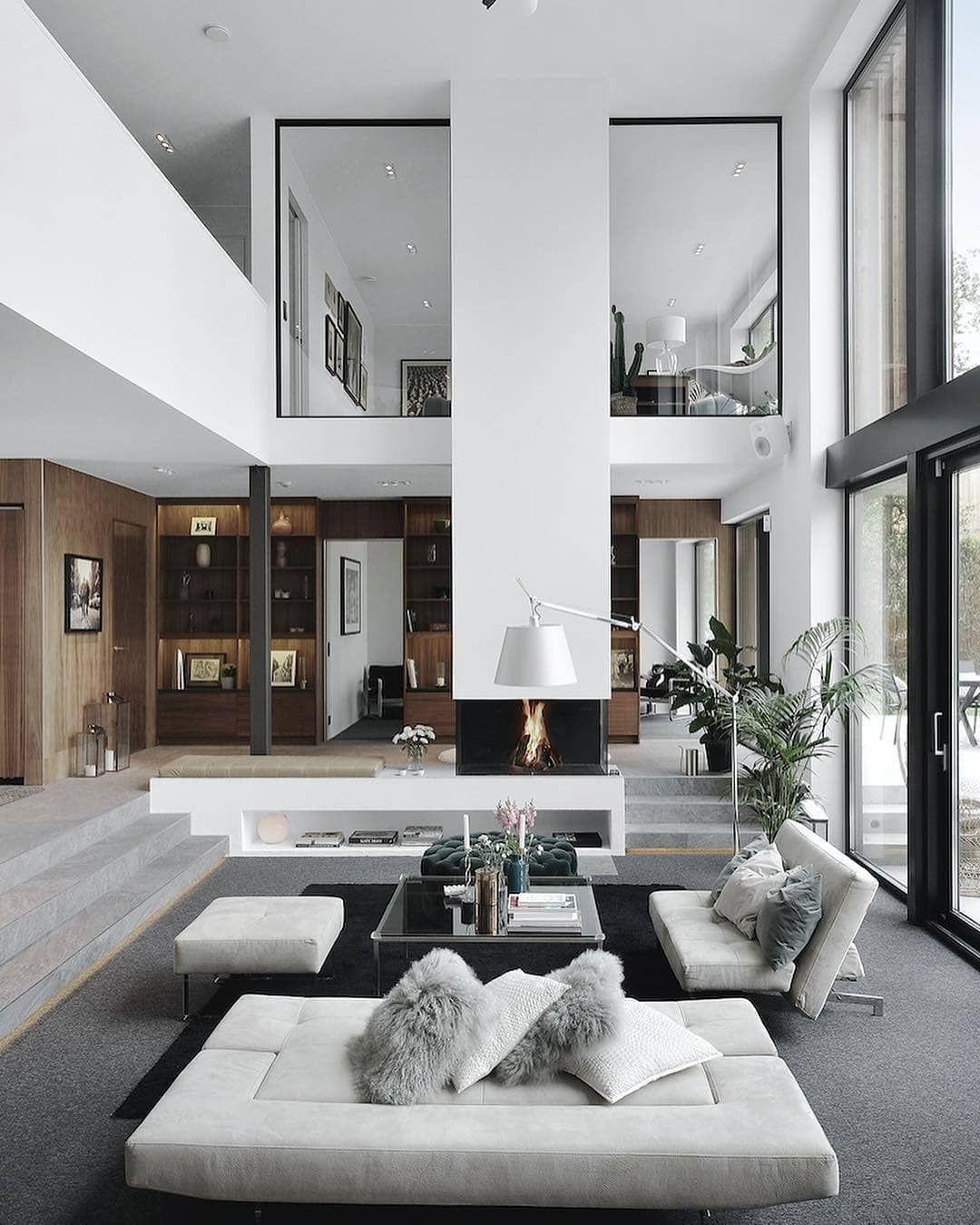 Une très grande hauteur sous plafond et une ambiance chaleureuse pour ce salon decoration design interiordesign