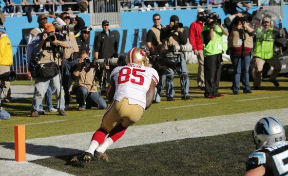 Vernon Davis scores a touchdown just before the first half ends 49ers 13 Panthers 10
