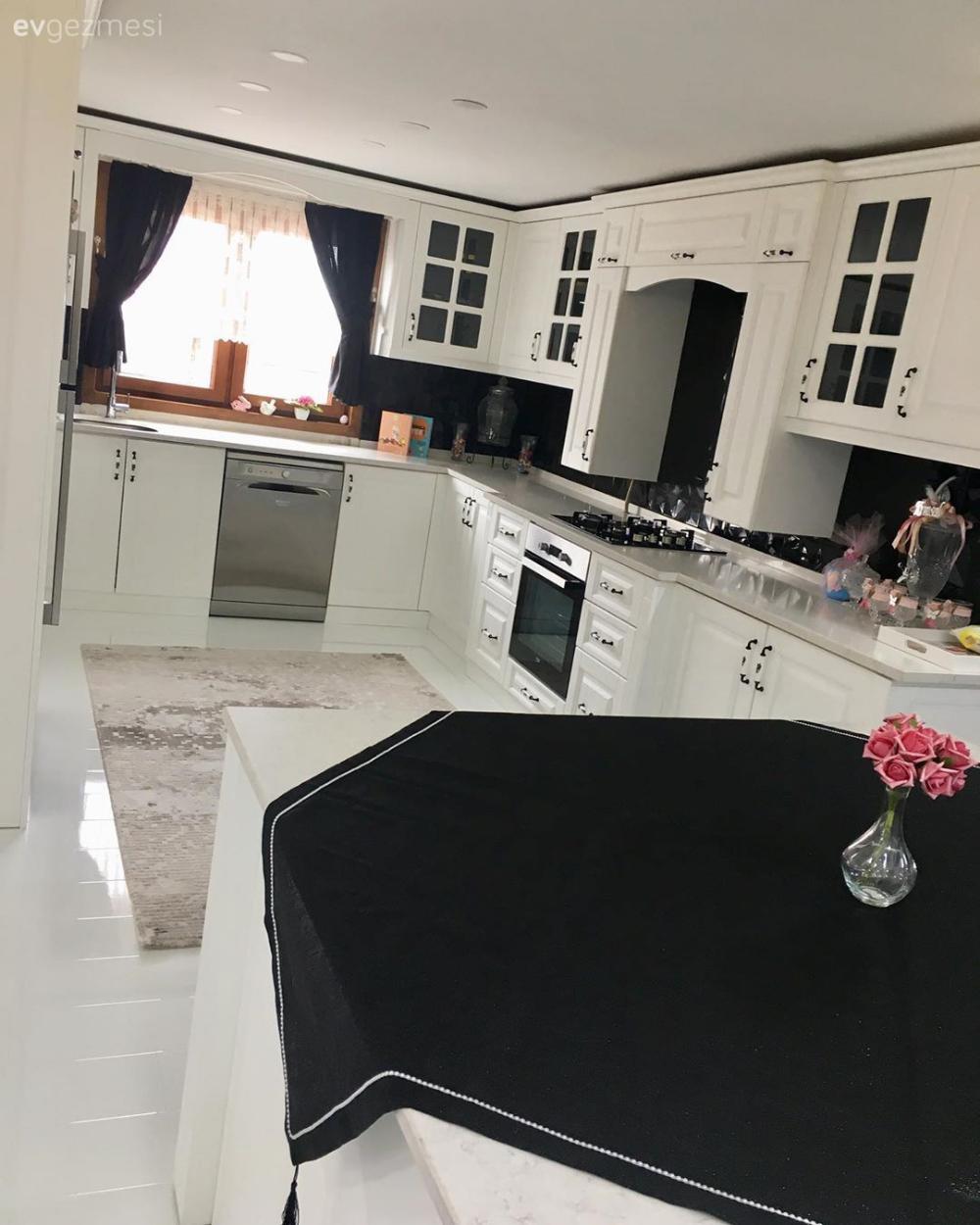 Ev Gezmesi Beyazla Siyahi Bulusturan Sik Bir Mutfak Ev Gezmesi Beyazla Bir Bulusturan In 2020 Stylish Kitchen White Kitchen Kitchen Countertop Decor