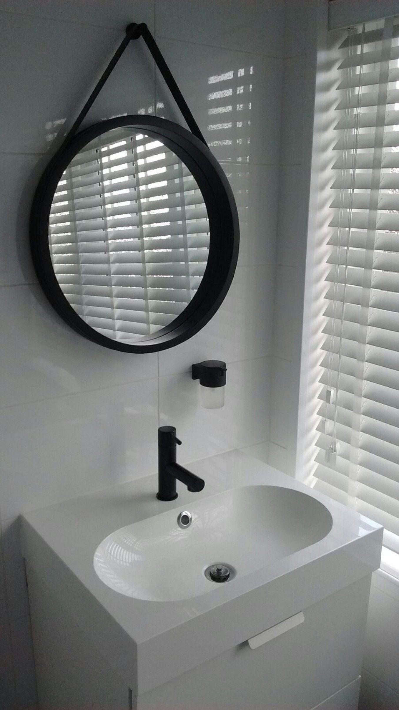badkamer - Wasmeubel van Ikea, zwarte kraan en zeepdispenser van ...