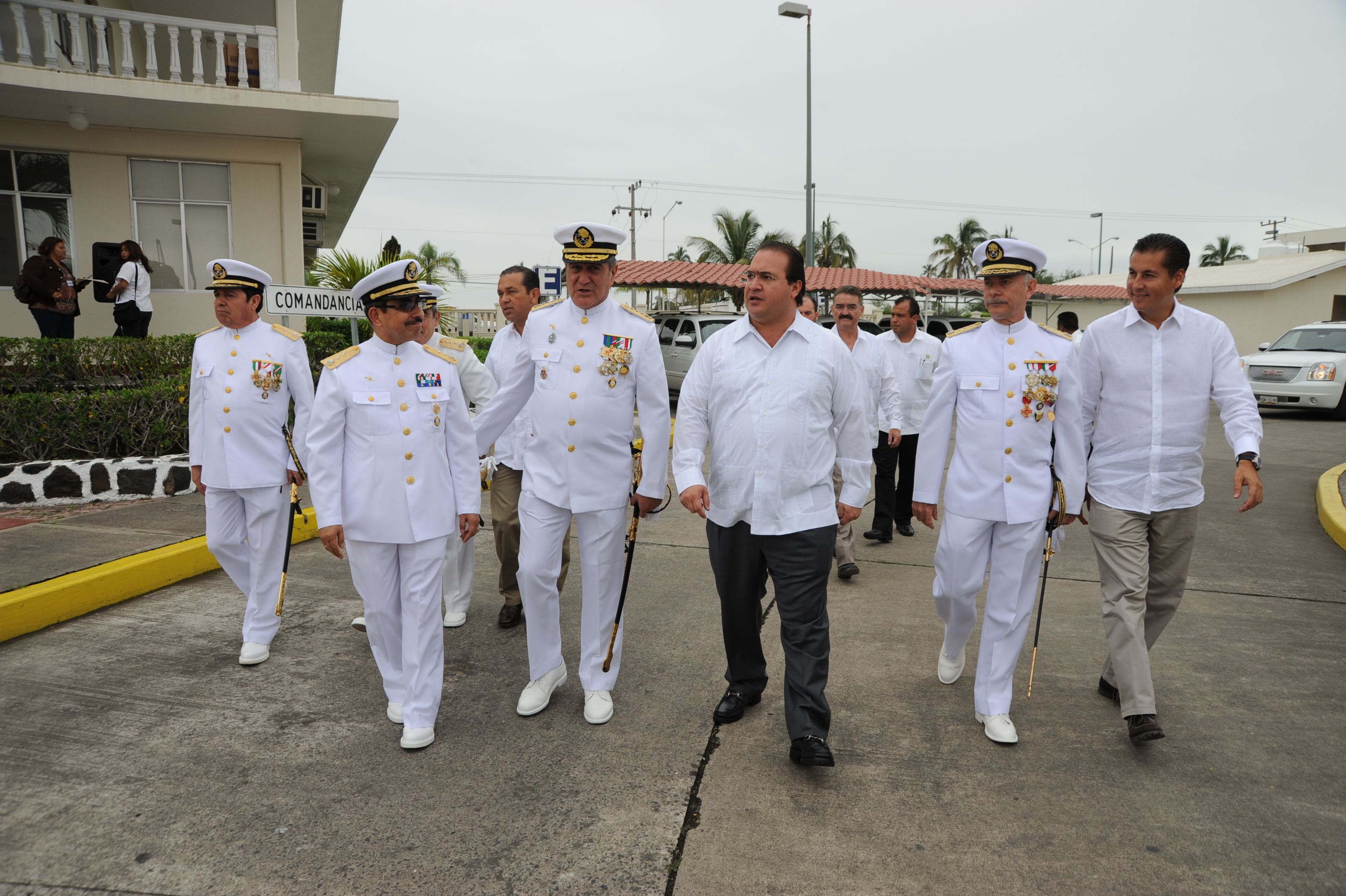 El mandatario Duarte de Ochoa acompañado de autoridades de la fuerza naval durante el recorrido de llegada a la Ceremonia de Entrega de Mando de Armas de la Fuerza Naval del Golfo y Primera Región Naval