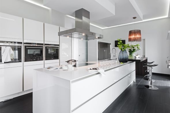 Glanzstück in Weiss Kochinsel, Schmale küche und Einrichtungstipps - weisse kueche mit kochinsel