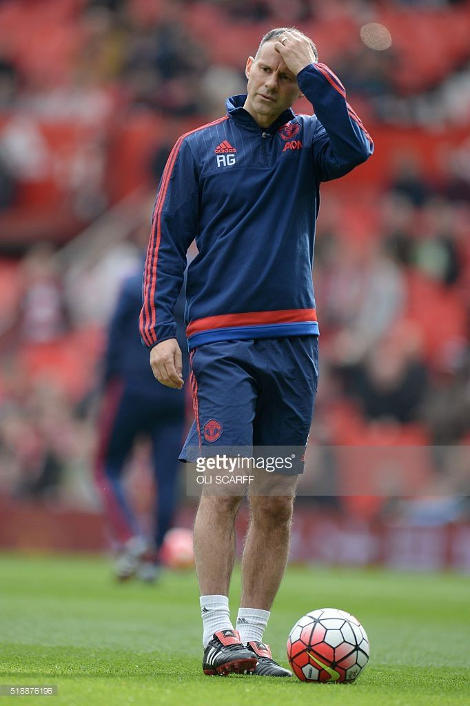 Manchester United S Welsh Assistant Manager Ryan Giggs Joins The Warm Manchester United Ryan Giggs Manchester
