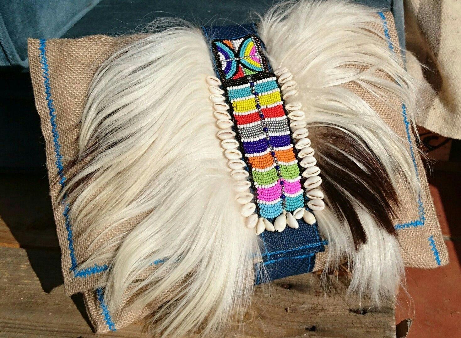 Modelo Kikuyu de PROVATO.  Cartera de rafia con pelo de cabra y bordado de abalorios y conchas, forrada con tela de algodón.
