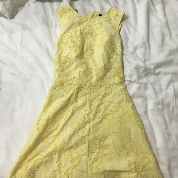 Final Sale Yellow cloth patterned H&M dress! H&M sleeveless spring dress! Cute for warm weather! It is a bit short, I'm 5'6 and it's to the top of my thigh. Personally think it runs small for a 2, but most of HM's brand does ✨ H&M Dresses Strapless