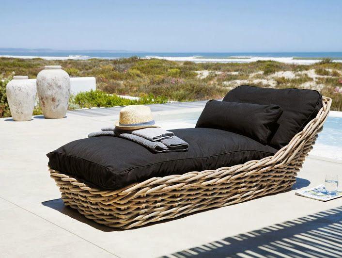 bain de soleil noir St Tropez.  transat de jardin en rotin