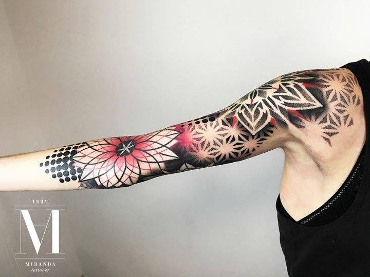 Tatuaje en el brazo con varios patrones y mandalas.