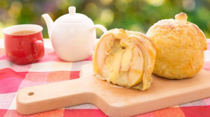 アップルパイといえば、砂糖煮にしたりんごを詰めて、オーブンで焼いたパイのことですが、中に入っていたり上に乗っていたりするりんごの甘みと酸味が美味しいスイーツですよね。