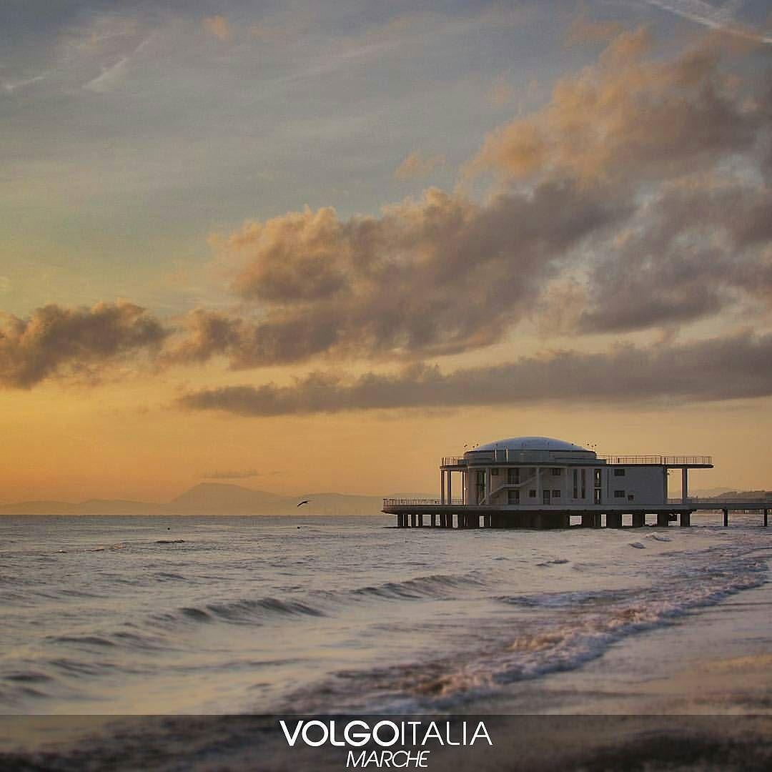 Rotonda a Mare di Senigallia (AN) Foto di @danielef76 . #senigallia  #marche #volgoitalia #volgomarche #italy #italytrip #italytour #instatravel #travelingram #madeinitaly #italyiloveyou #tourism #turism #volgosocial #italytravel #iloveitaly #provinciadiancona #seaside #cittadimare #mareadriatico #marine #adriaticsea #panoramicview #panorama #horizon #orizzonte #holidays by volgomarche