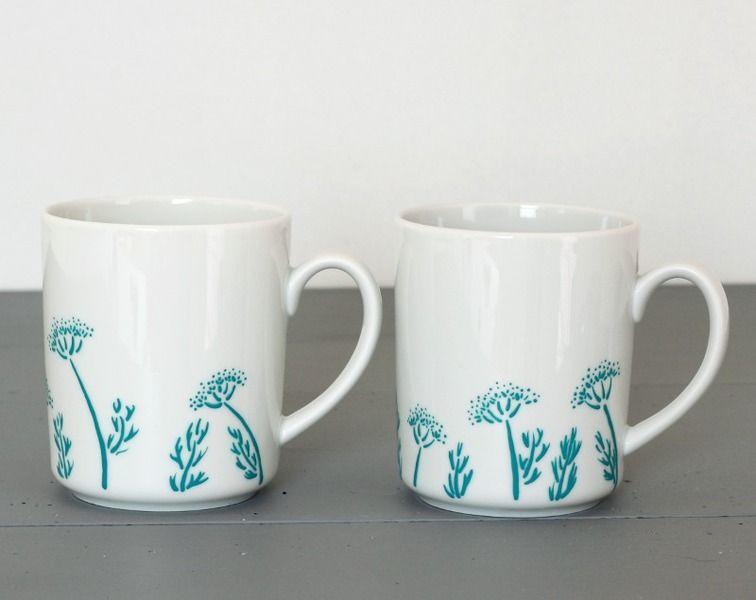 Ensemble deux tasses fleurs et feuilles