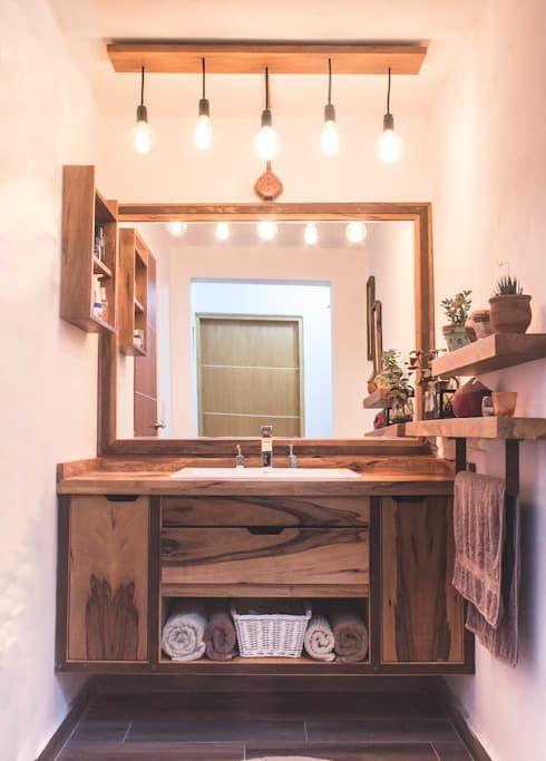 Un pequeño baño moderno, con notas rústicas